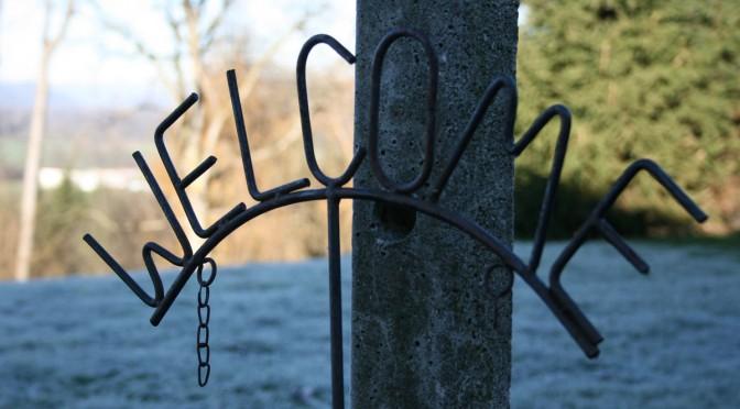 Das Wort Welcome aus einem Stück eisendraht geformt
